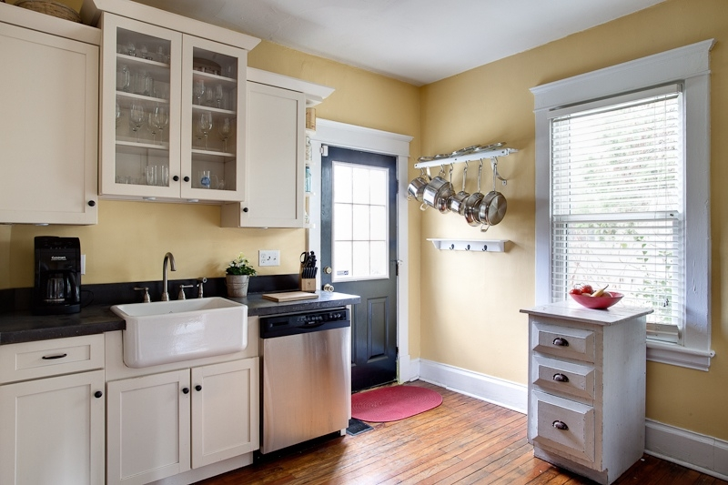 http://www.staycharlottesville.com/custimages/309_kitchen1_rental_Charlottesville.jpg